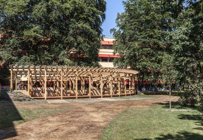 Het paviljoen is gesitueerd tussen twee vleugels van het ziekenhuis met uitzicht op de bosrand