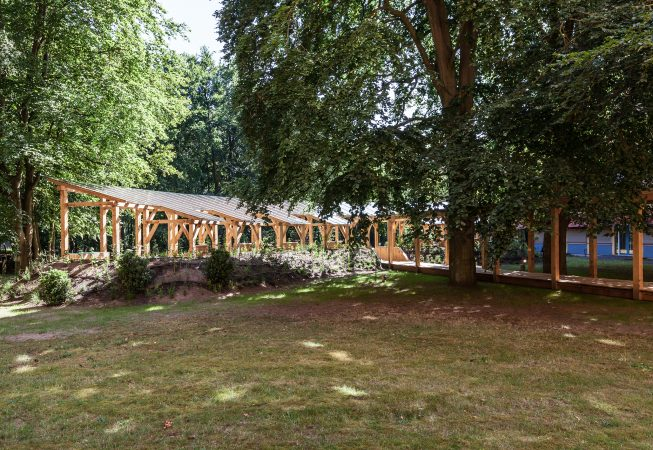 Vanaf de behandelkamers ligt het paviljoen ingekapseld in een aarden wal die volledig zal begroeien
