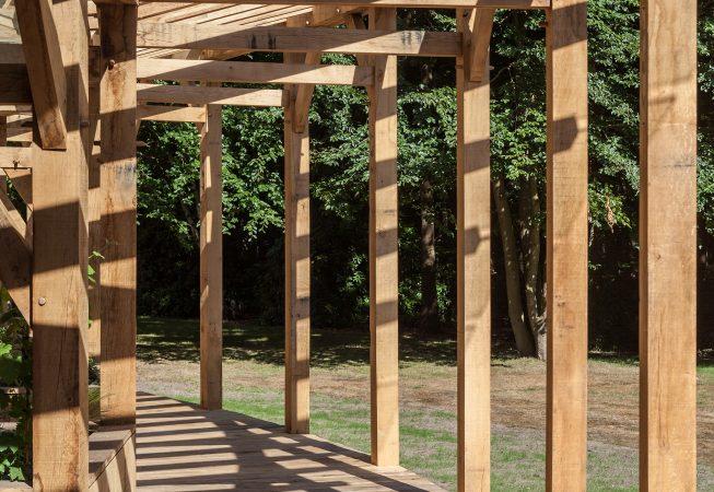 De vlonder loopt door in de veranda en biedt zo toegang tot de verschillende zitplekken