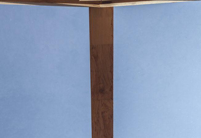 De houtconstructie is met pen- en gatverbindingen opgetrokken waarboven een glazen plaat met een vuilwerende coating is opgenomen in een sponning, afgedekt door een aluminium afdekker